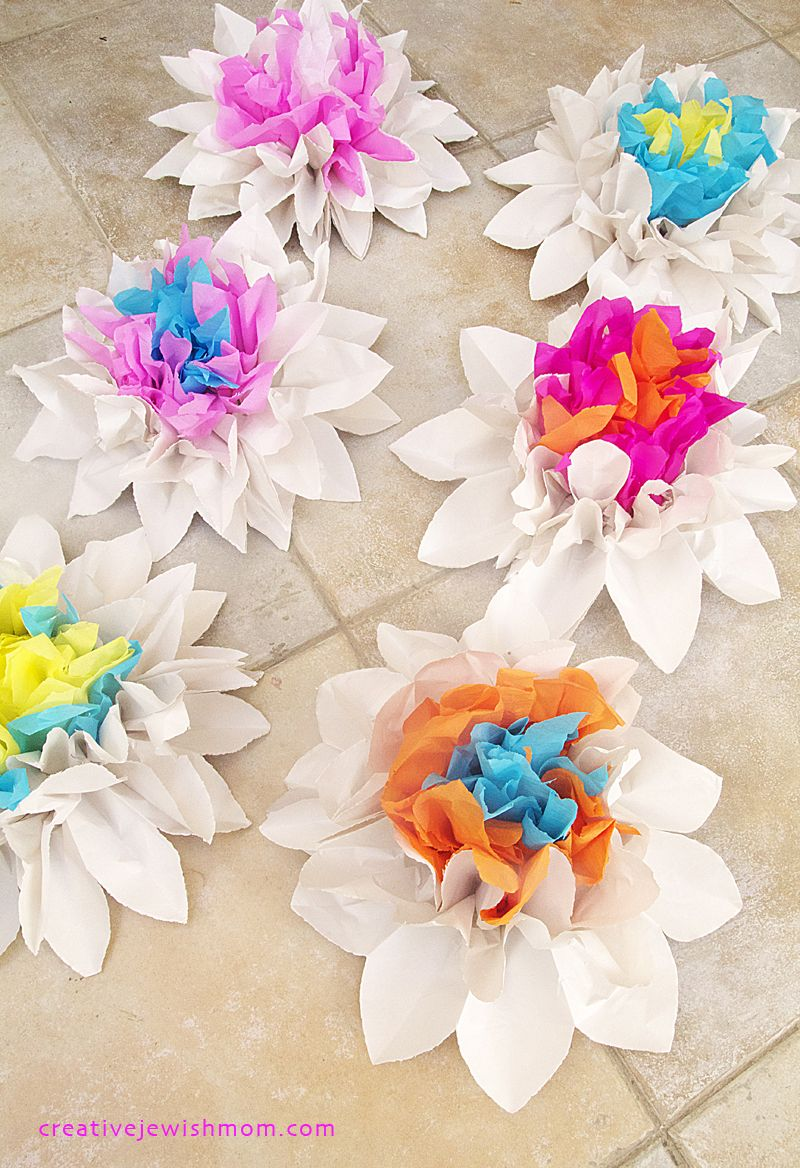 Newsprint And Crepe Paper Flower Centerpieces For Summer Tavasz