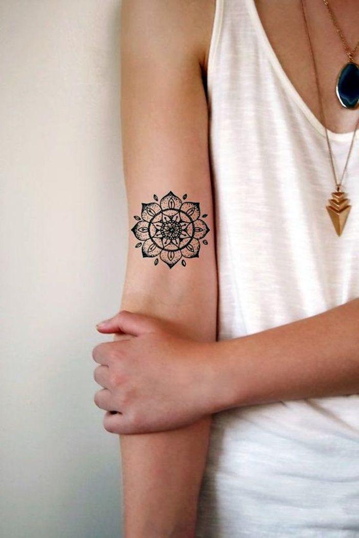 150 coole tattoos f r frauen und ihre bedeutung tattoo arm frau wei e bluse und blusen. Black Bedroom Furniture Sets. Home Design Ideas