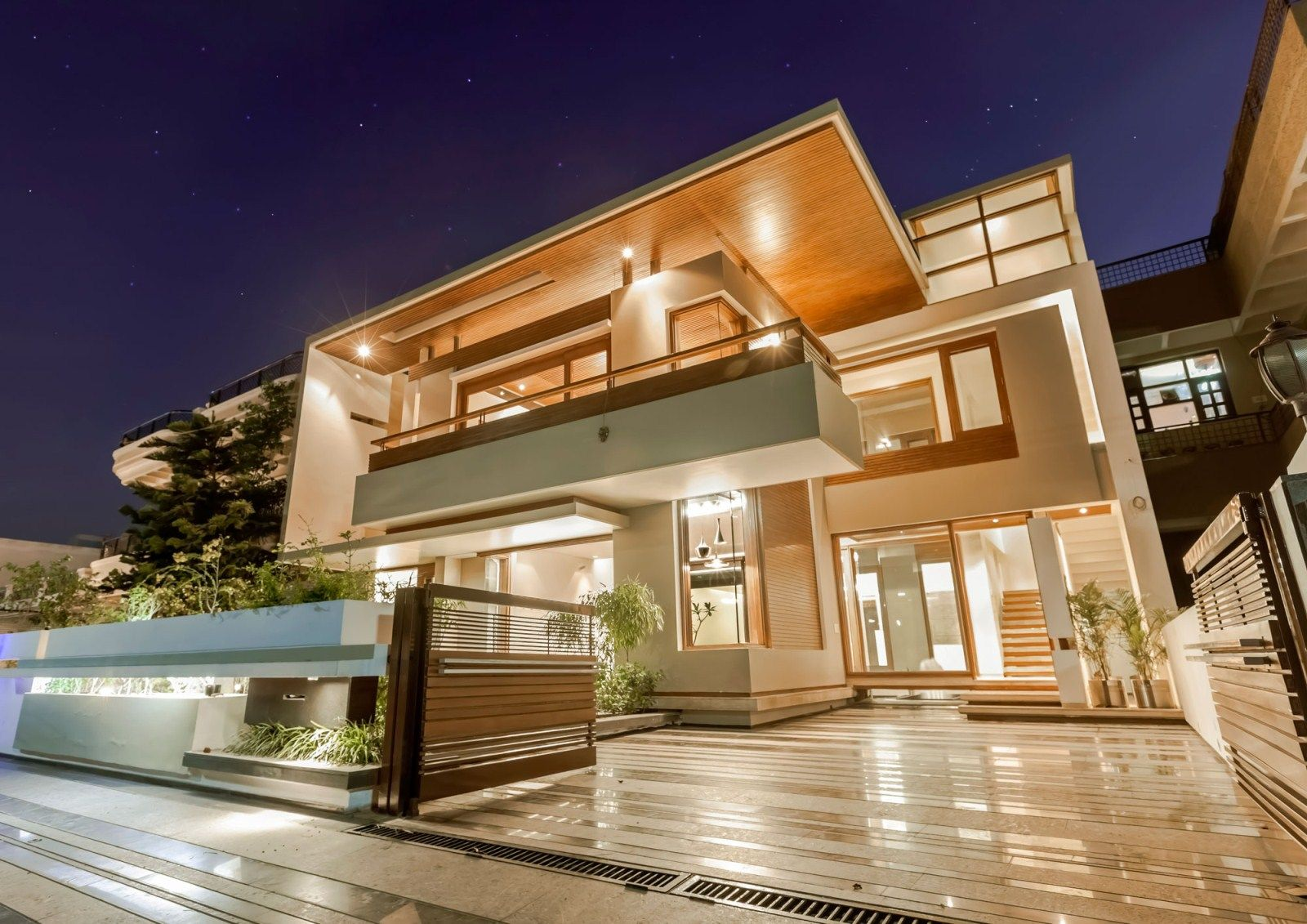 White two levels luxury tropical home design with beautiful exterior