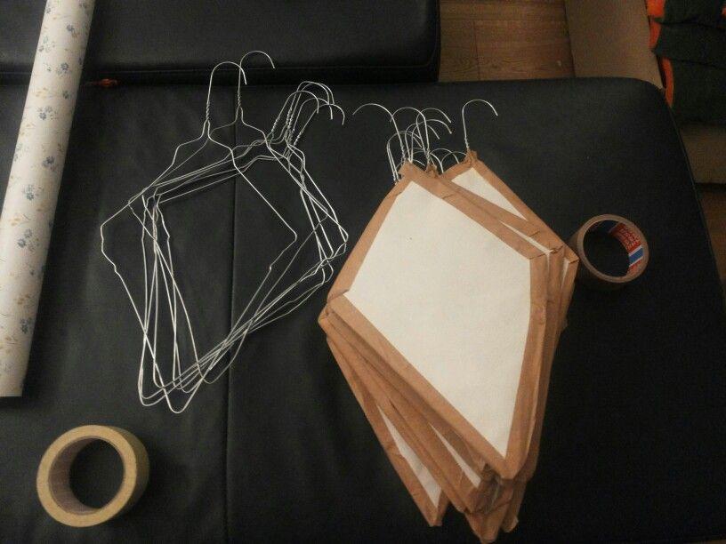 dekodrachen aus drahtkleiderb gel mit einer alten tapete berziehen bzw einpacken und dann. Black Bedroom Furniture Sets. Home Design Ideas