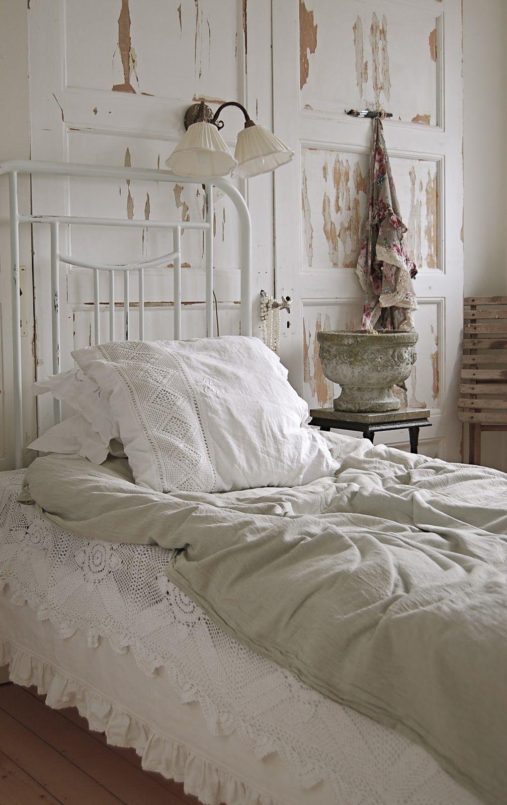 16 Old Doors Used As Dramatic Headboard Decoholic Shabby Chic Bedrooms Chic Bedroom Shabby Chic Homes