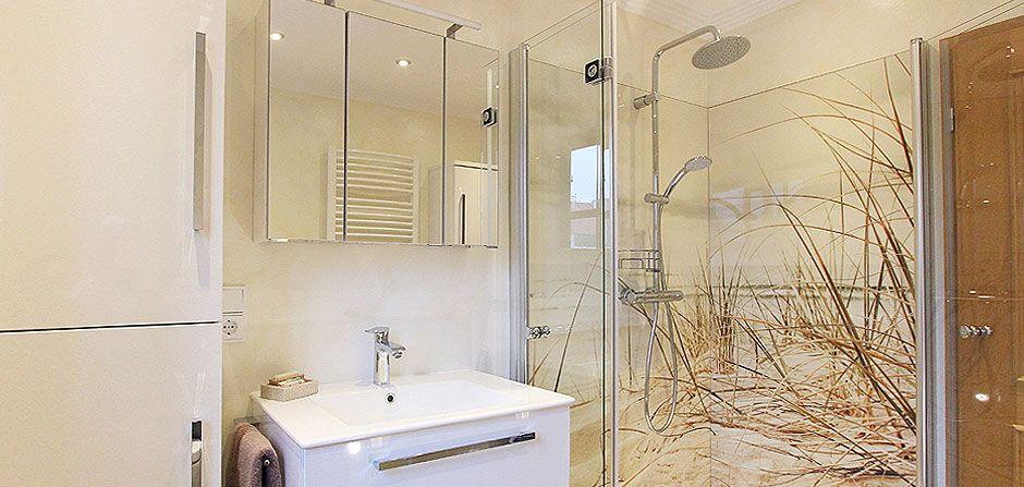 Badezimmer ohne Fliesen und mit hellem Dünen-Motiv in der Dusche - badezimmerwände ohne fliesen