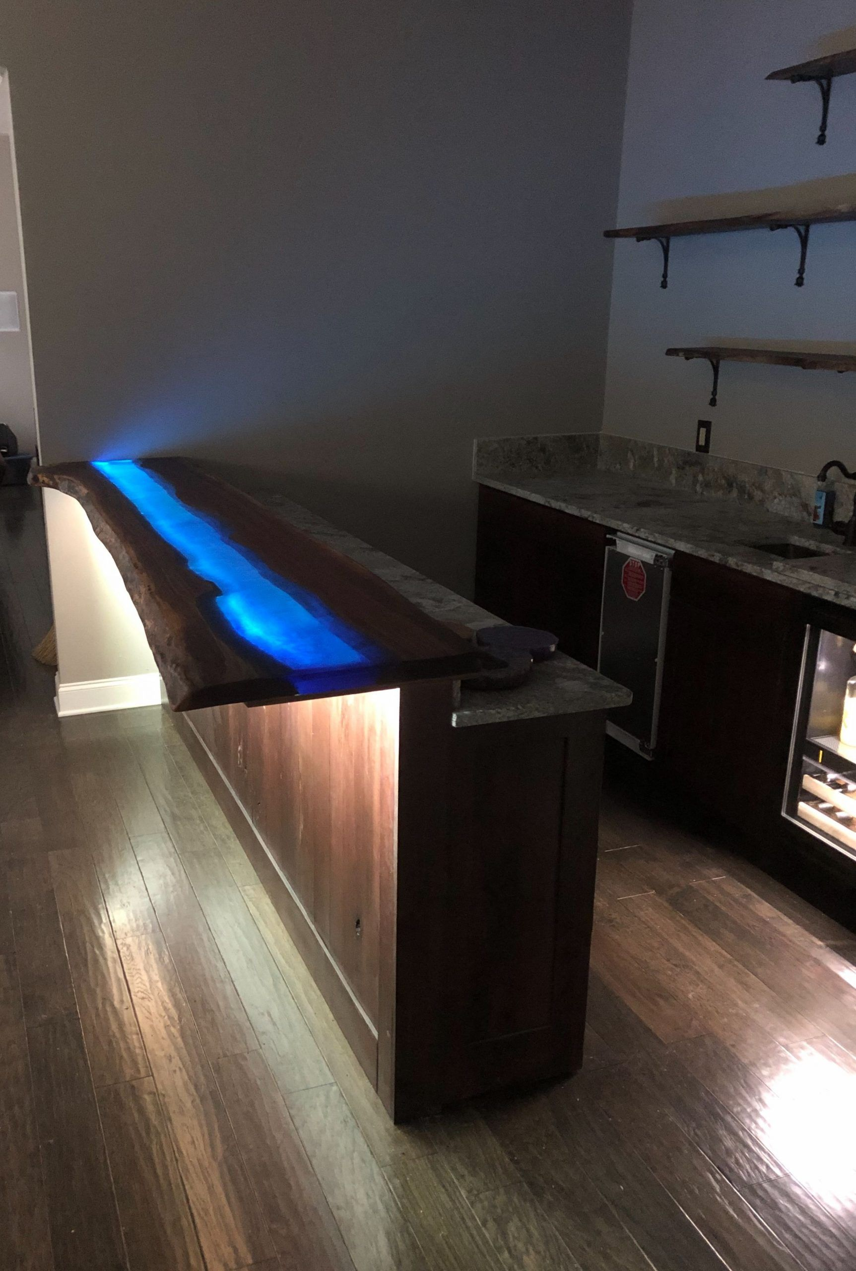 Led Lichtleiste Unter Dem Blauen Epoxidharzfluss Installiert Blauen Dem Epoxidharzfluss Installiert In 2020 Strip Lighting Live Edge Countertop Led Strip Lighting