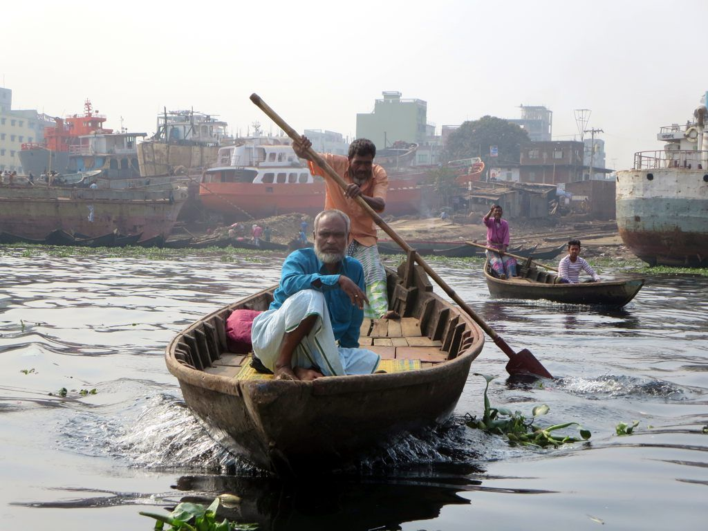 Small Wooden Boats Are Used To Cross The Buriganga River At Dhaka Bangladesh Boat Dhaka Wooden Boats