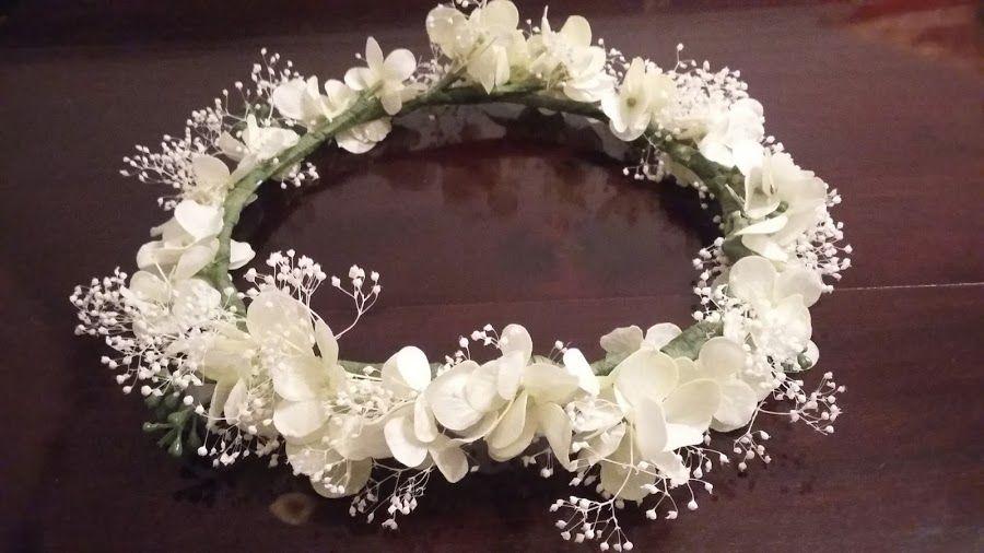 Aprende a hacer esta bonita corona de flores perfecta para - Diademas para bautizo ...