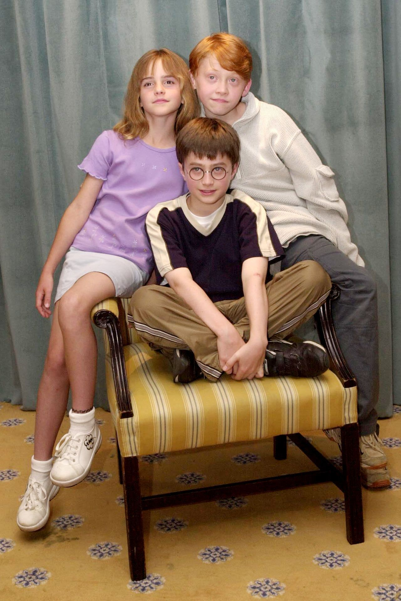 August 2000 Emma was launched into the public eye with Daniel Radcliffe and Rupert Grint as the stars of Harry Potter and the Philosopher's Stone. i love this picture!!!!!!!!! #actors #young #actors
