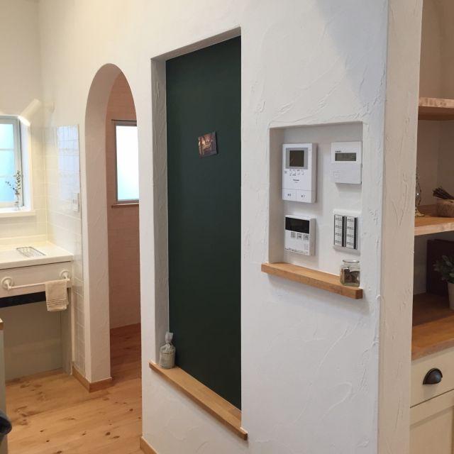 キッチン 無垢材 パントリー入り口 スイッチニッチ 黒板 などの