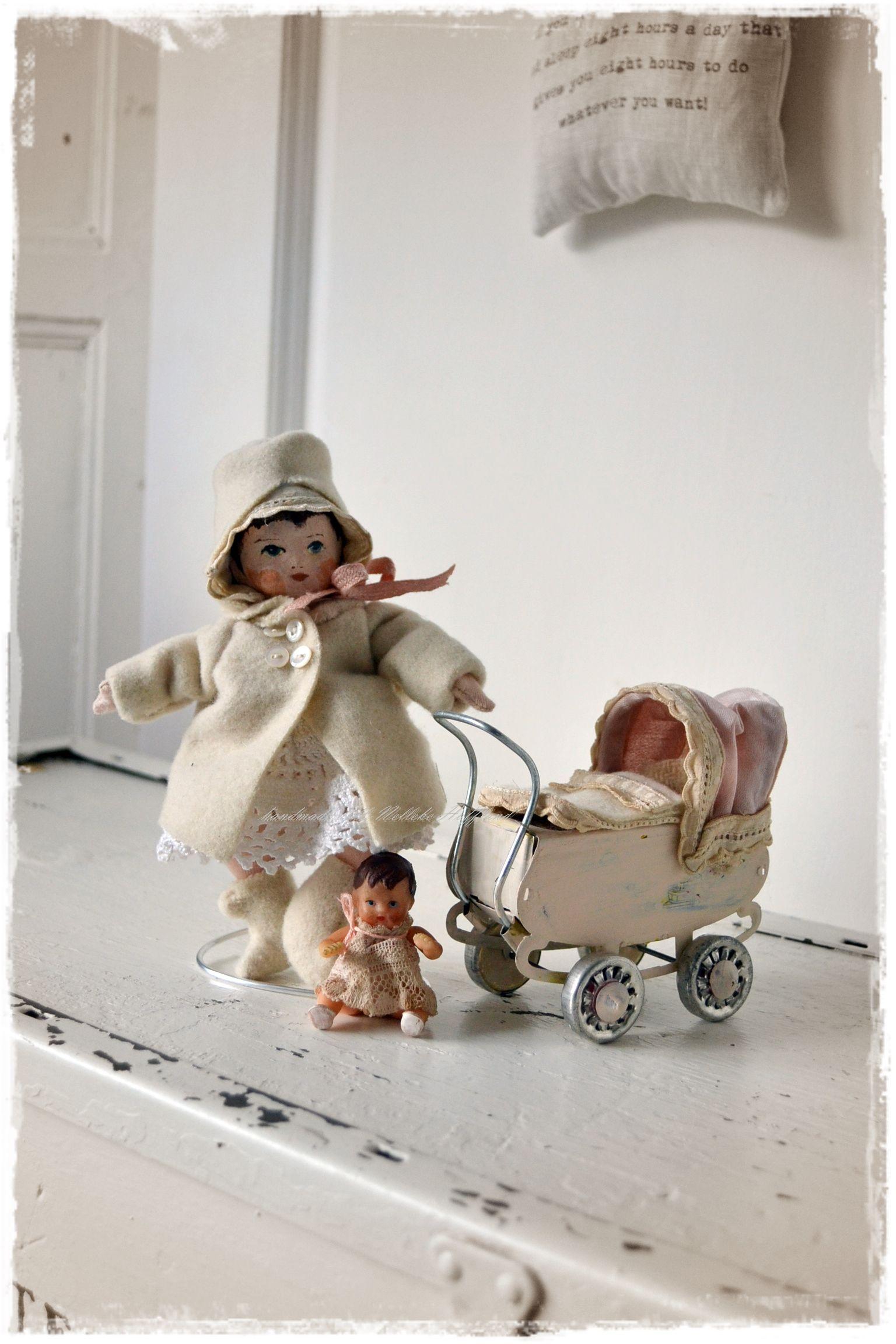 Handgemaakt popje van 16 cm (de kleinste die ik gemaakt heb tot nu toe. De inspiratie kwam door een klein Ari popje. Het kinderwagentje heb ik opgepimpt.  (doorNelleke Hoffland)