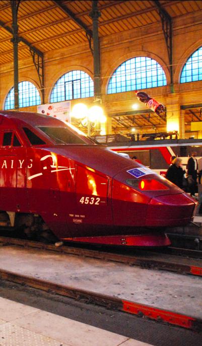 Thalys train at Gare du Nord station in Paris • De Thalys rijd tot de Gare Du Nord. Er zijn verschillende metrolijnen tot aan het hotel. Tienrittenkaart of Paris Visite: Kaart waarmee je onbeperkt met bus, metro en RER reist en  korting krijgt op 13 bezienswaardigheden. Te koop aan het loket in Gare Du Nord.