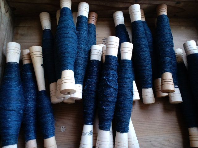 管巻きした琉球藍染めアロー糸