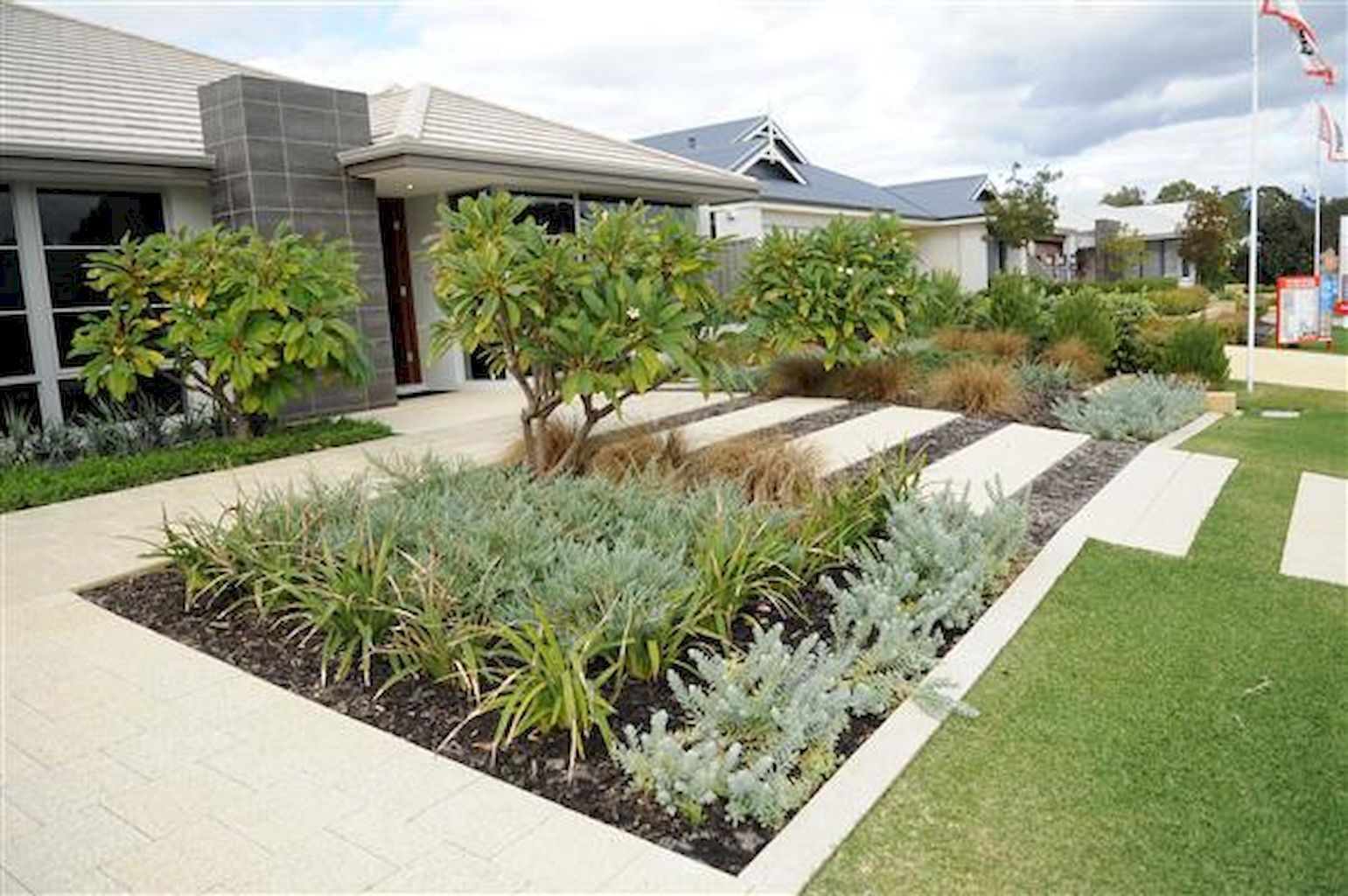 Simple clean modern front yard landscaping ideas (22