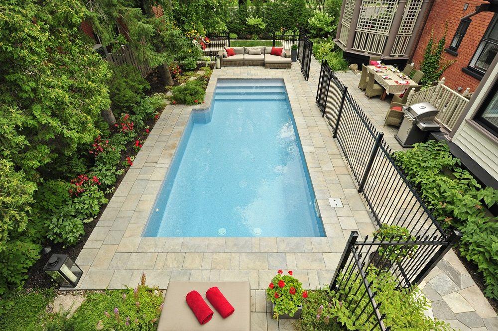 La réalisation de lu0027aménagement paysager autour de cette piscine - pave pour terrasse exterieur