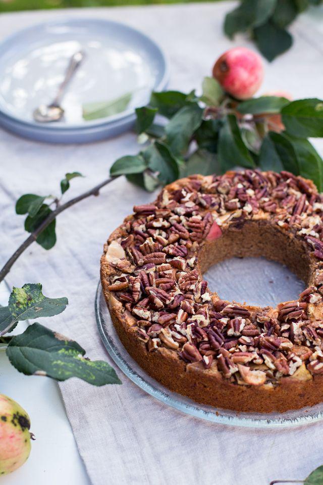 Omenasoseella mehevöitetty gluteeniton omena-pähkinäkakku