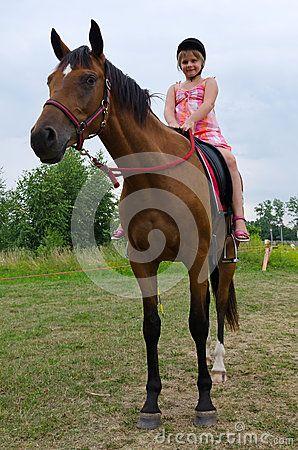 colegiala montando un caballo arabe