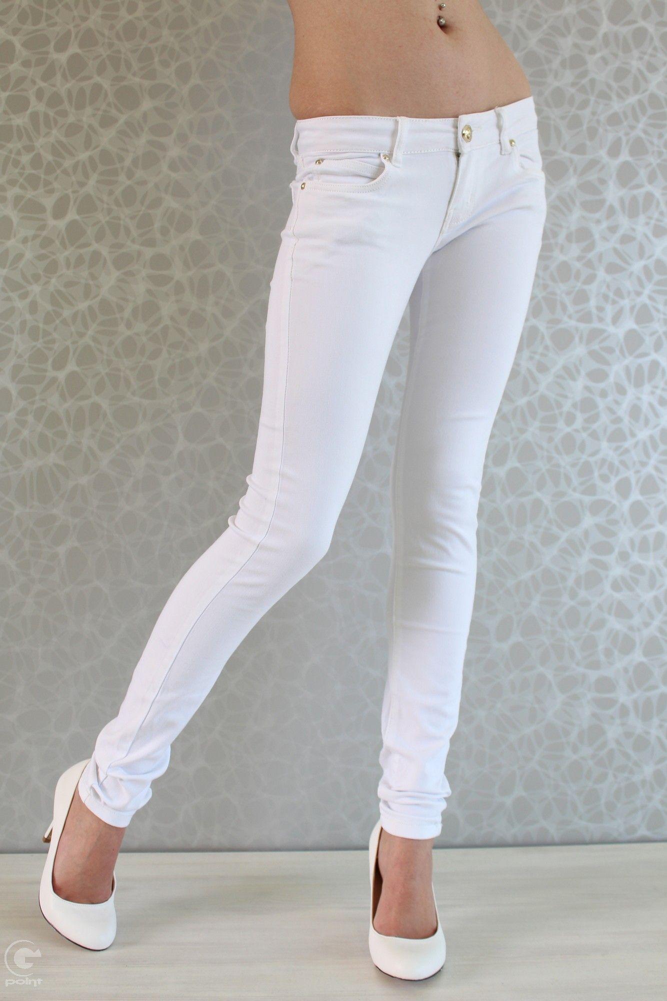 7c00089fe48 Страхотен дамски панталон - тип дънки, подходящ за топлите летни дни.  Изработен е от