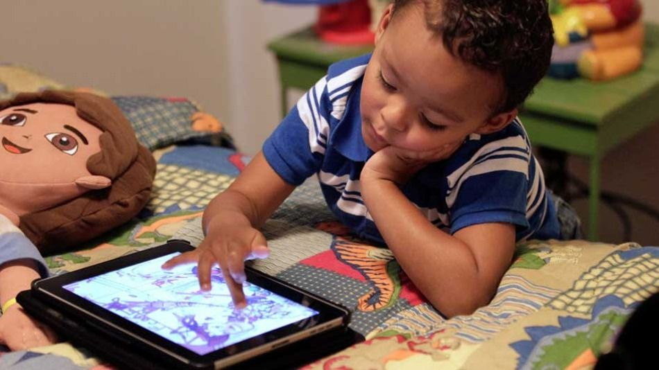 Smartphones, iPads okay for early developing children, with guidance, experts now say - http://eleccafe.com/2015/10/22/smartphones-ipads-okay-for-early-developing-children-with-guidance-experts-now-say/