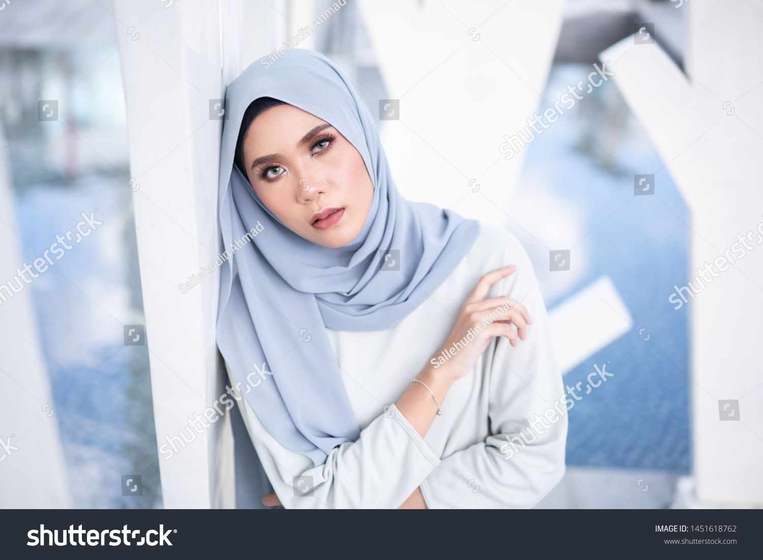 Beautiful Young Model In Fashionable Hijab Style Posing In Urban Environments Stylish Muslim Hijab Fashion Lifestyle P In 2020 Fashion Hijab Fashion Fashion Lifestyle