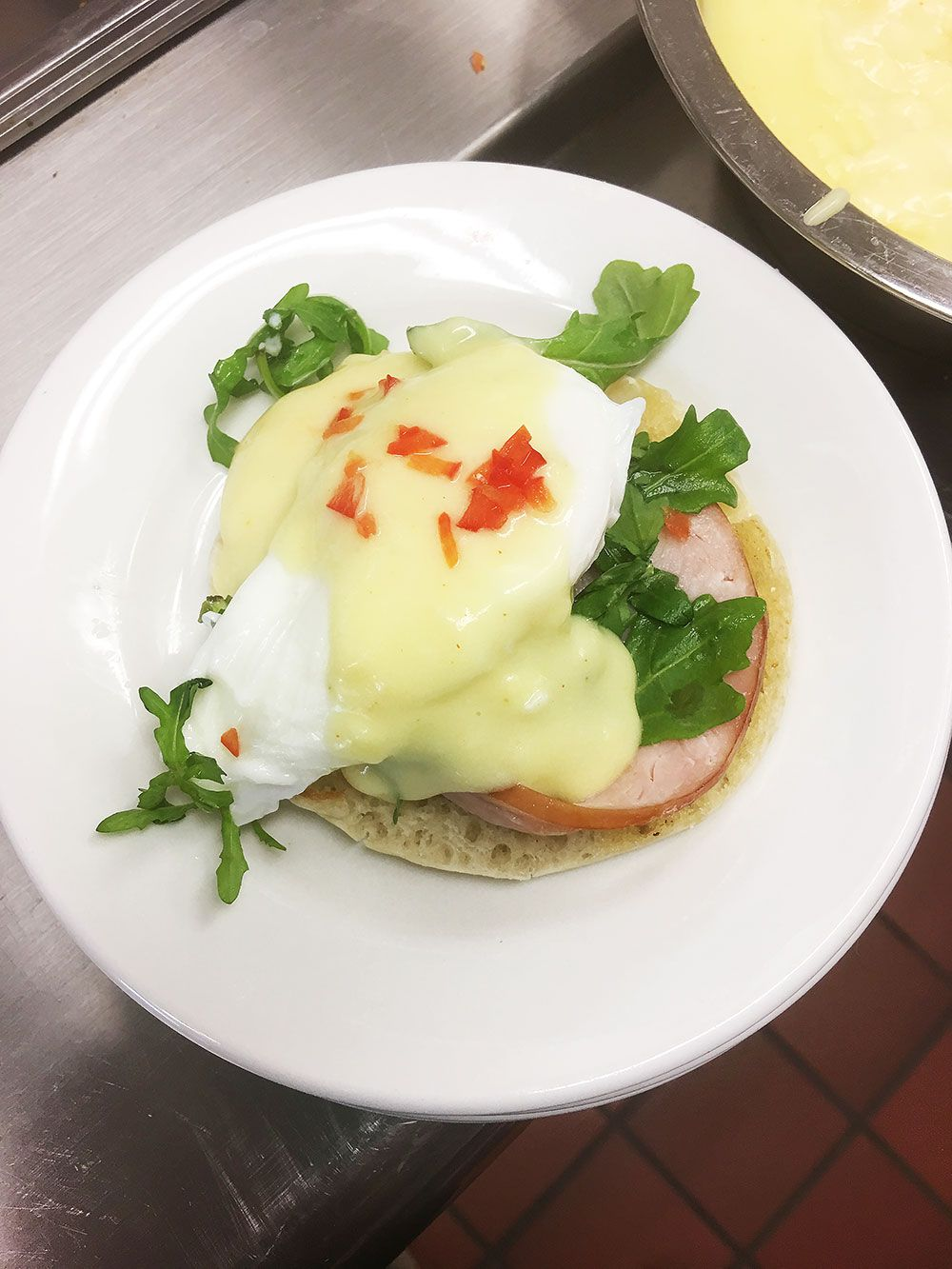 Breakfast egg benedict wit canadian bacon eggs