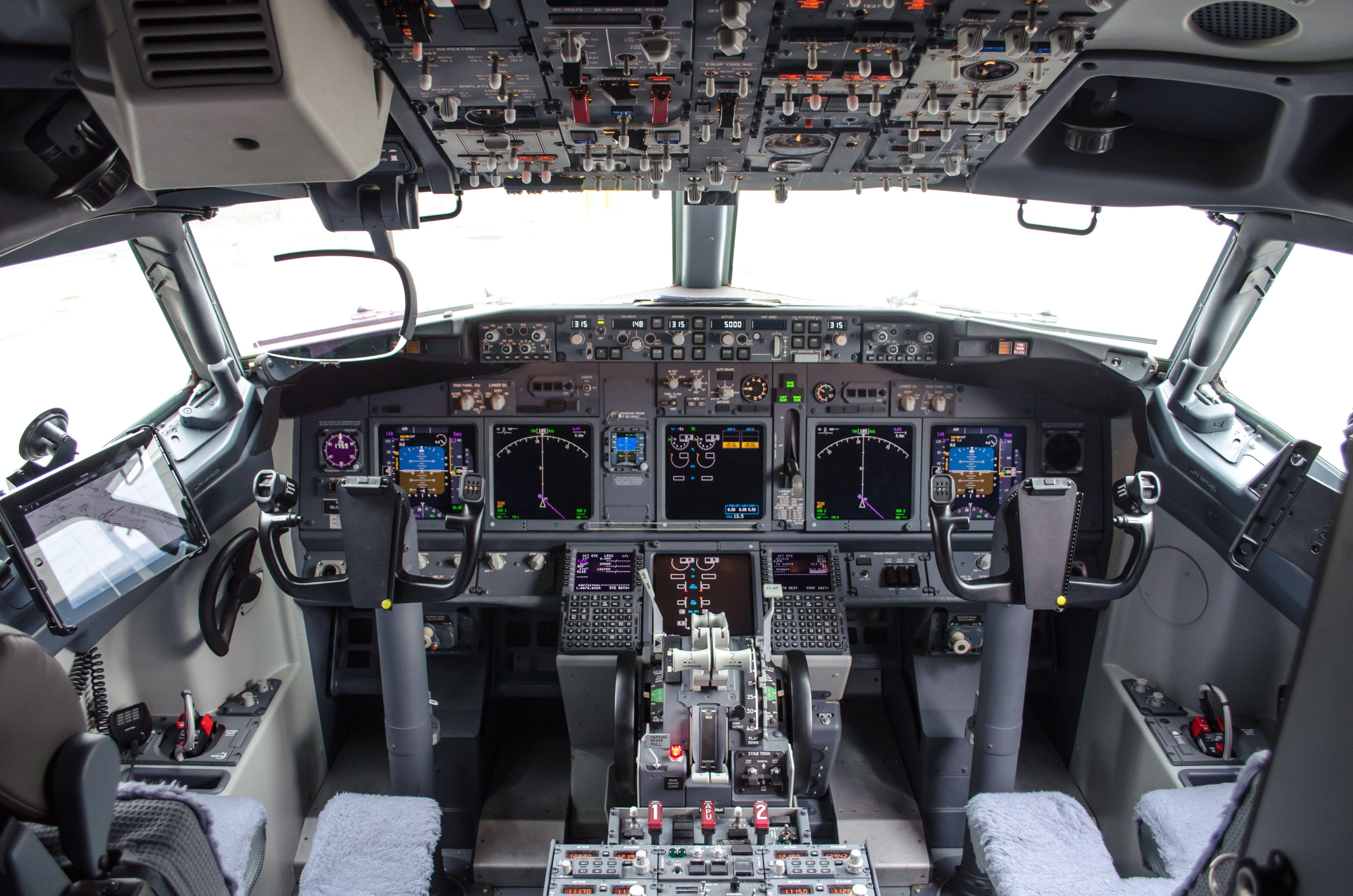 Cockpit of a Boeing 737-800 | Cockpit | Boeing 727, Boeing 727 200