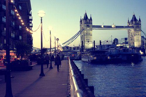 Andar nas ruas londrinas, tomar um café no fim da tarde acompanhada de amigos ou de um bom livro. Pegar um metrô até a estação Westminster e visitar o Big Ben.