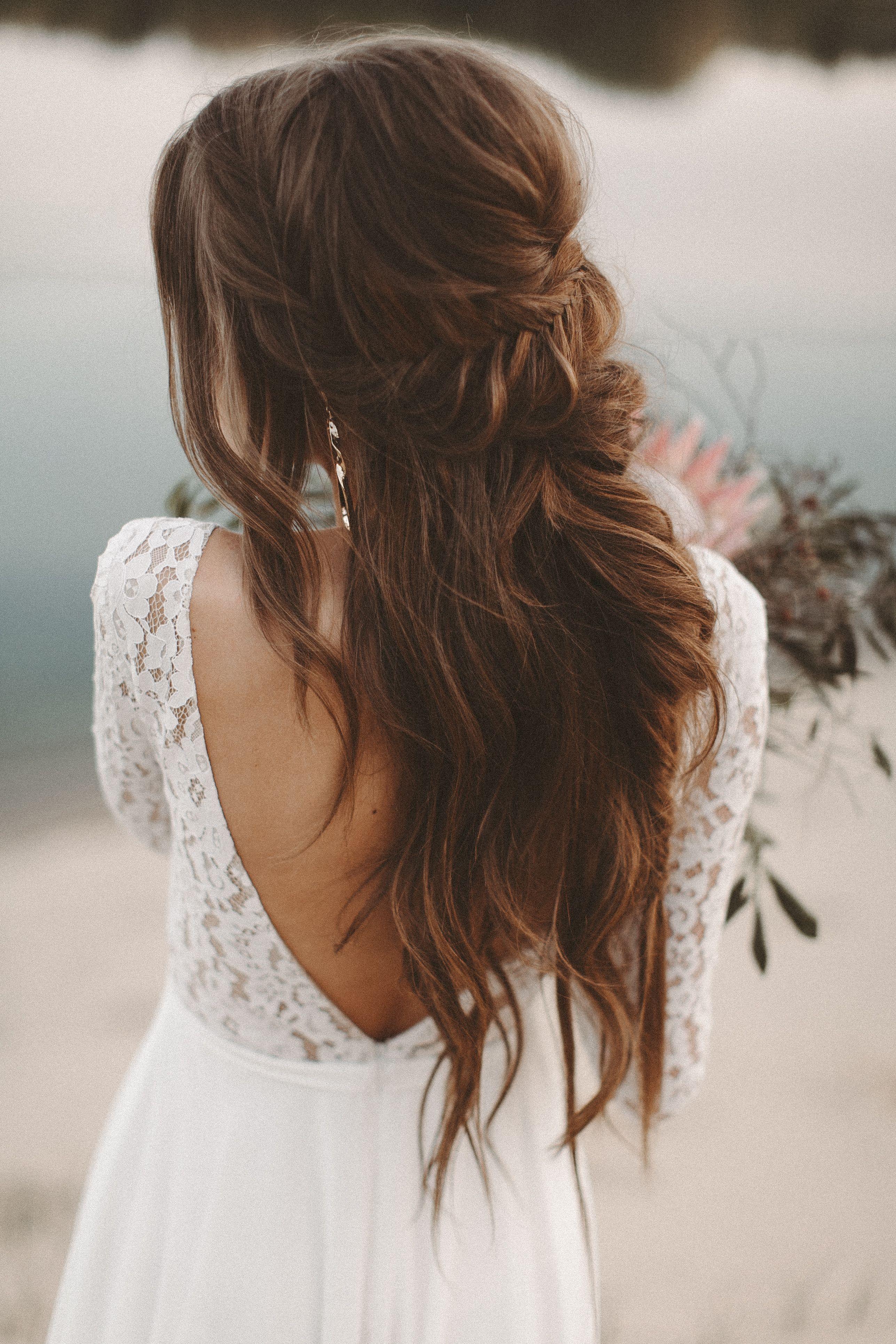 Fließendes Brautkleid lange Spitzenärmel Rückenausschnitt Boho