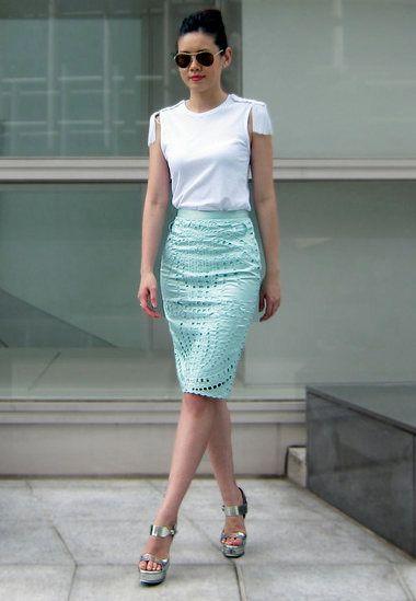9e9d6bfd9 Este outfit es lo que buscas. Esta falda tubo color menta de broderie con  una blusa sencilla en blanco marca tendencia.
