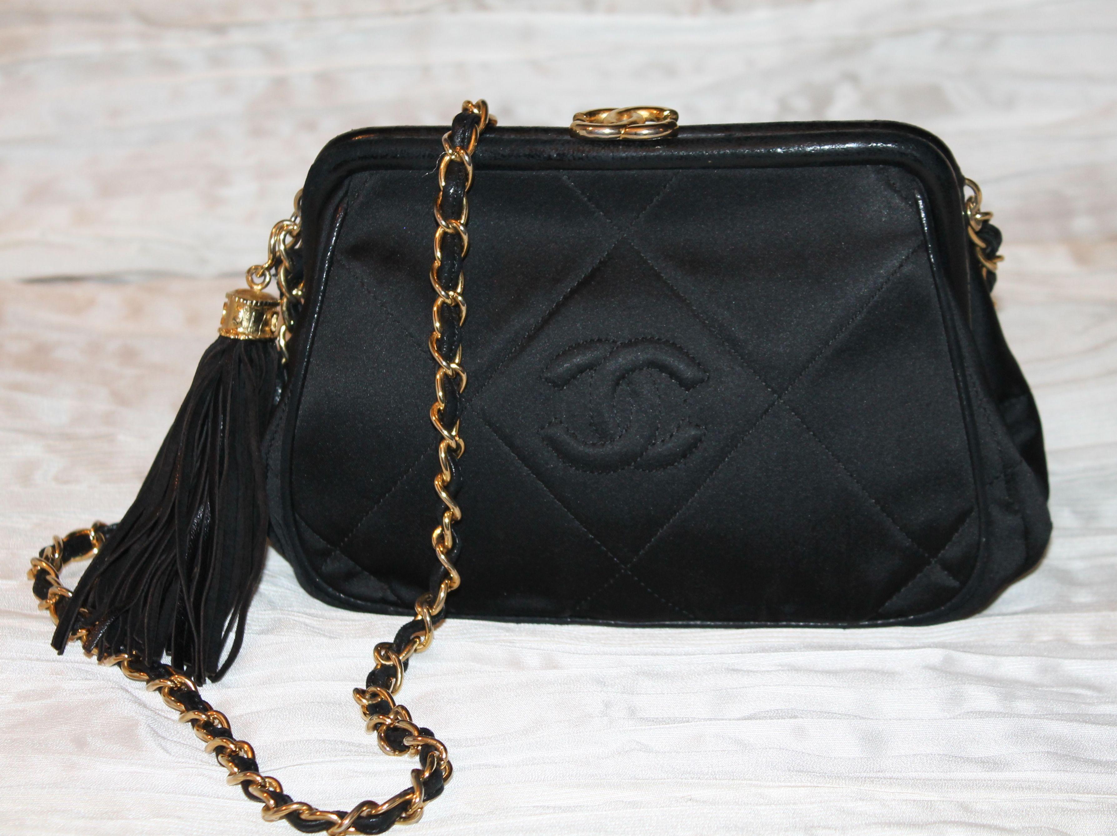 Borse Con Catena Chanel.Borsa Chanel In Raso Nero Con Dettagli In Agnello Nero Chiusura