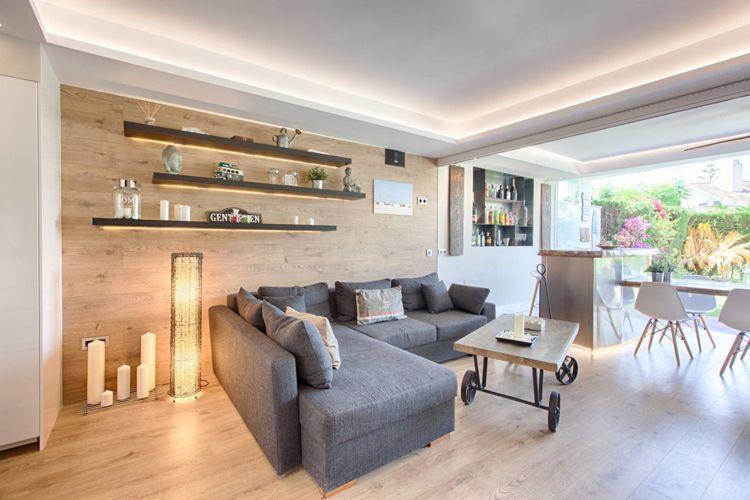 helles holz boden wand wohnzimmer indirekte beleuchtung graue couch