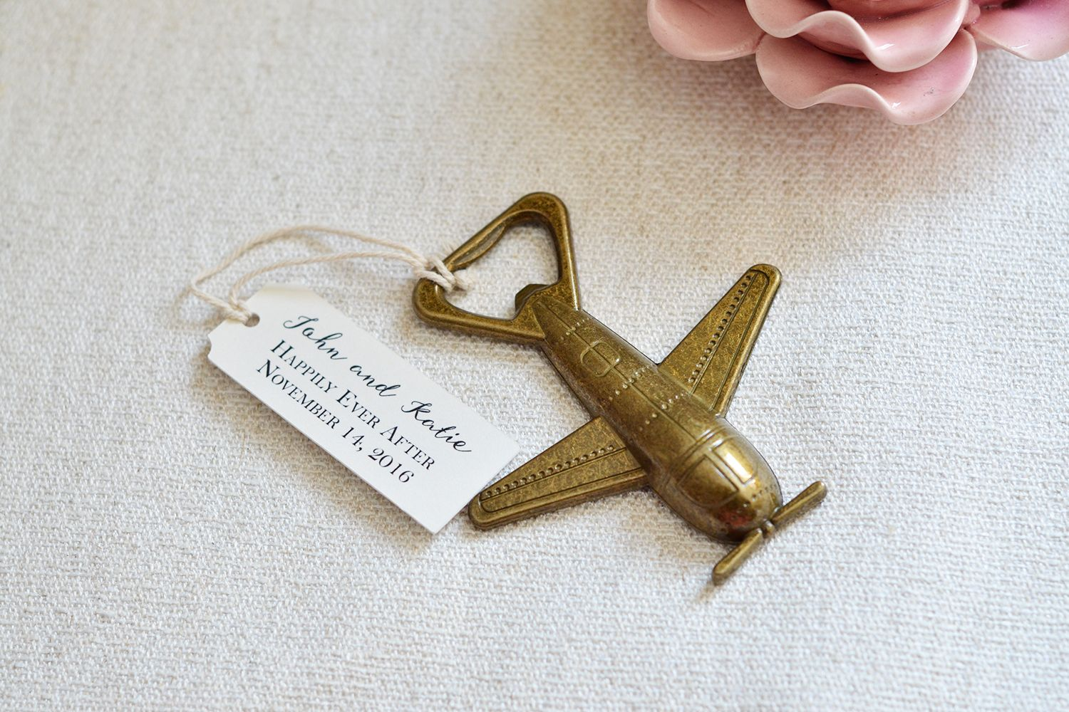We\'re in love with these super cute airplane wedding favor! Perfect ...