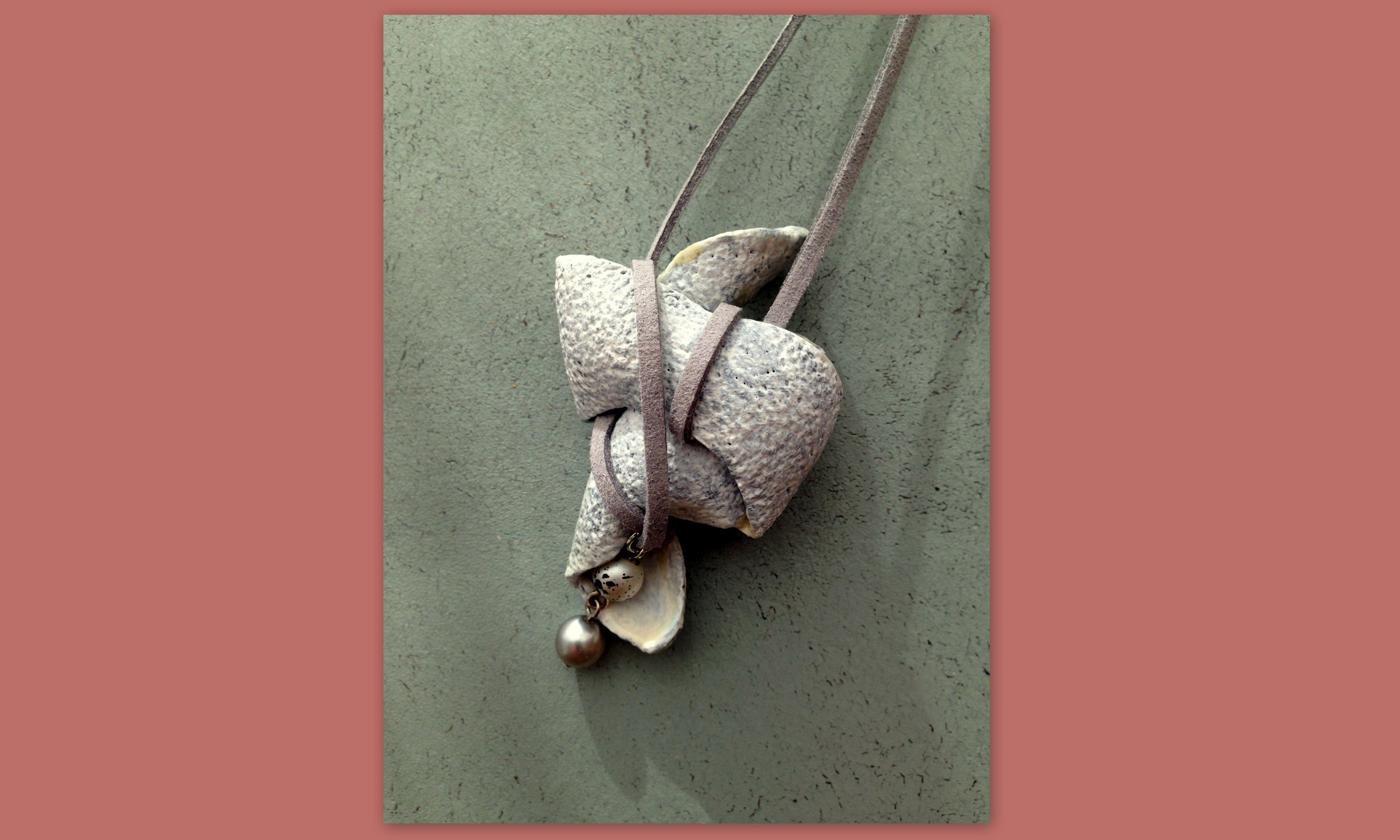 Miss Dali Zachtgrijs aan suede veter, makkelijk te combineren. Handgemaakte en -beschilderde hanger