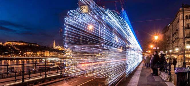 30.000 φωτάκια LED και μακρά έκθεση μετέτρεψαν τα τραμ της Βουδαπέστης σε χρονομηχανές - http://www.mimoupeis.gr/30-000-%cf%86%cf%89%cf%84%ce%ac%ce%ba%ce%b9%ce%b1-led-%ce%ba%ce%b1%ce%b9-%ce%bc%ce%b1%ce%ba%cf%81%ce%ac-%ce%ad%ce%ba%ce%b8%ce%b5%cf%83%ce%b7-%ce%bc%ce%b5%cf%84%ce%ad%cf%84%cf%81%ce%b5%cf%88%ce%b1-2/