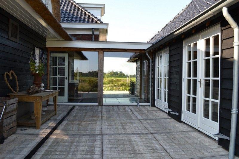 Doorgang tussen huis en bijgebouw van glas rustic decor
