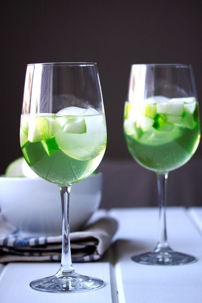 Apple and Pear Green Sangria #stpatricksday #greencocktail #whitesangria