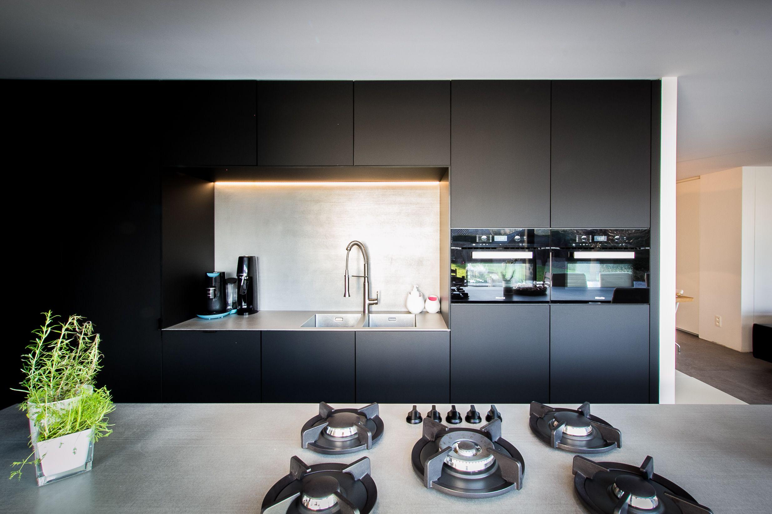 Zwevende Open Keuken : Keukeninspiratie. moderne open keuken in het zwart. zwarte keuken