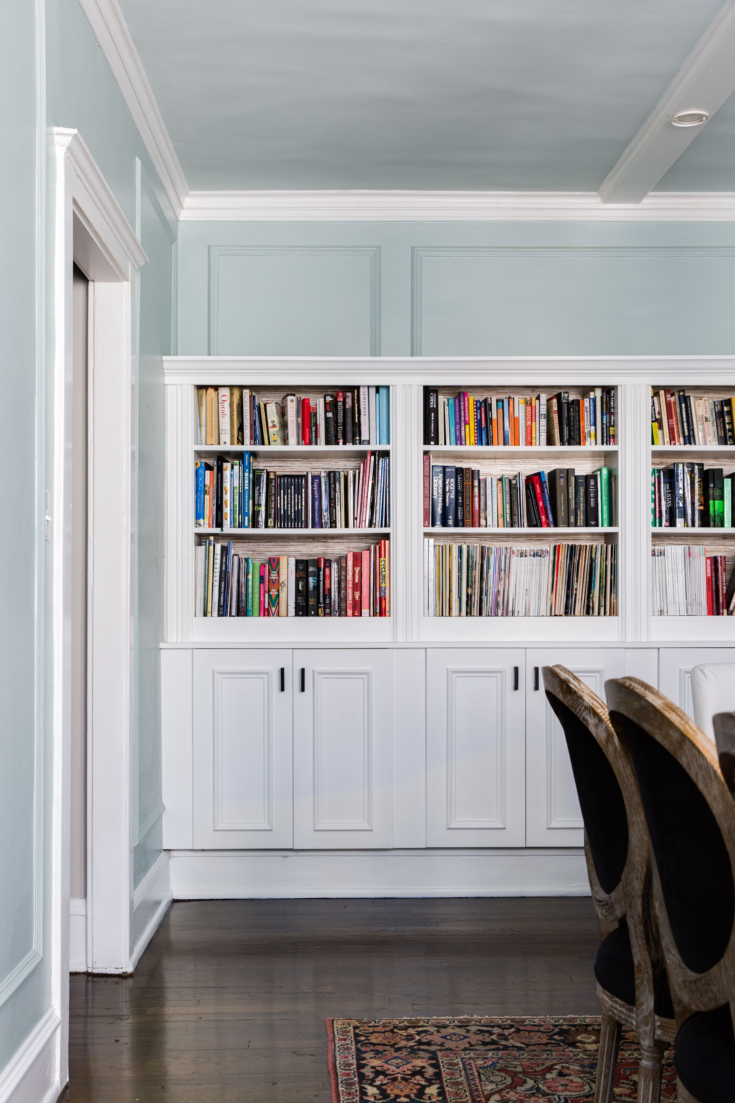 A Chicago Condo Is Modernized But Its Charm Remains Bookcase Diy Built In Bookcase Home