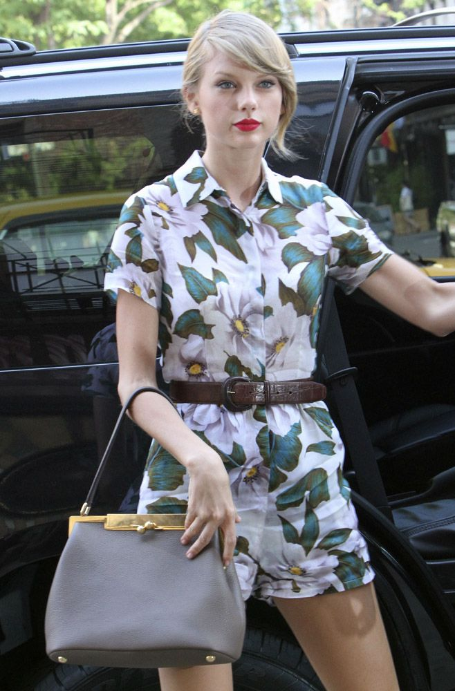 Taylor Swift with Dolce   Gabbana Sara Bag  709c4f922fe11