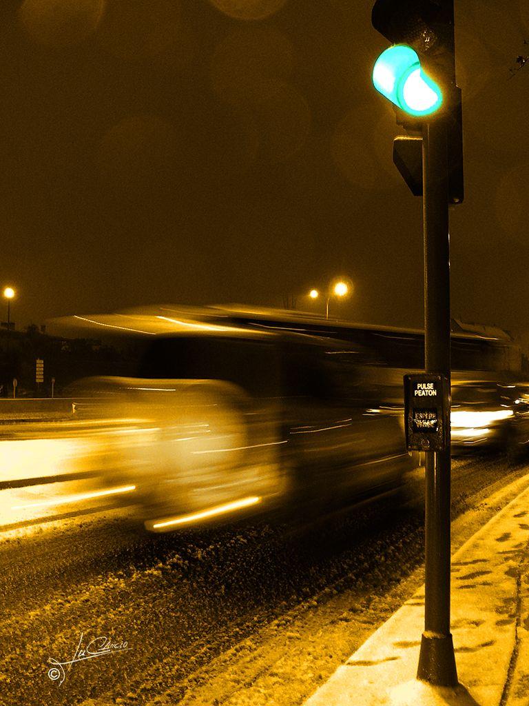 Detalle semáforo nevada en Canillejas en Madrid (España)