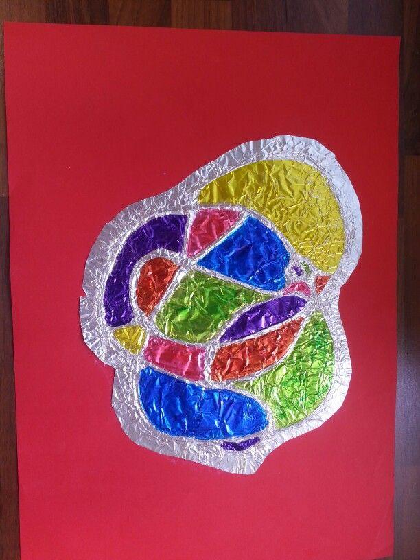 Paksun nauhan avulla painettu kuvio folioon ja väritetty tusseilla.