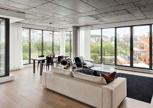 Salon et salle à manger avec grandes fenêtres Living in Montreal