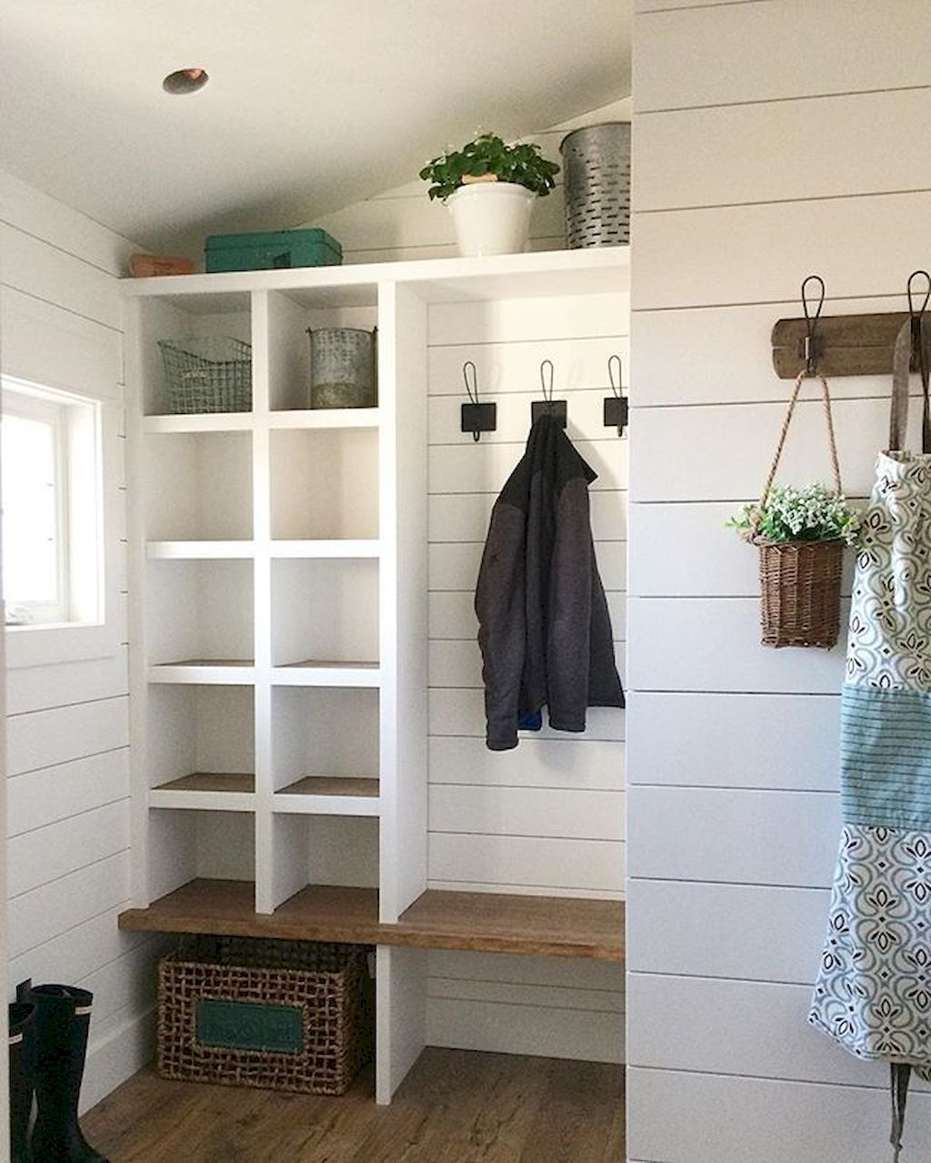 Best Laundry Room Location: Rustic Farmhouse Mudroom Bench Ideas (49)
