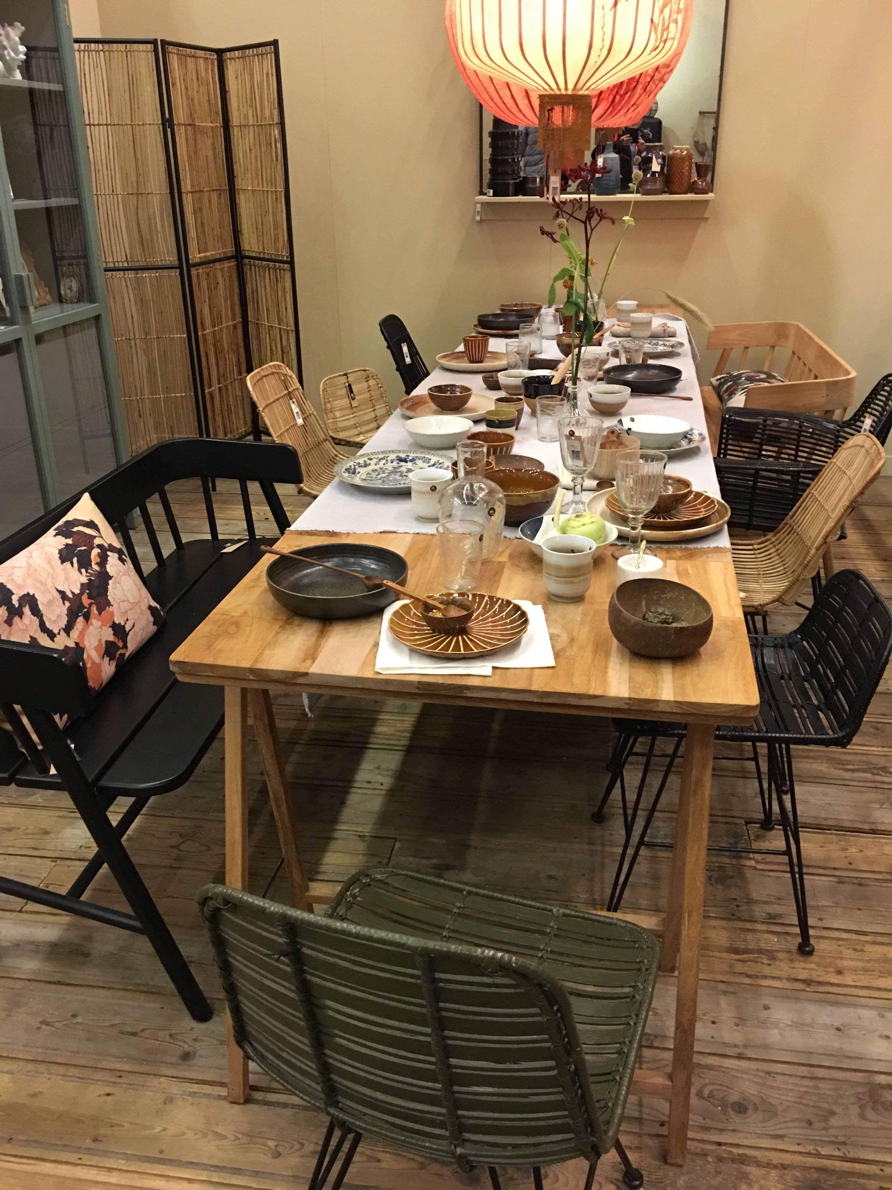 Table Avec Banc Et Chaises Depareillees Bois Et Rotin Pour Un