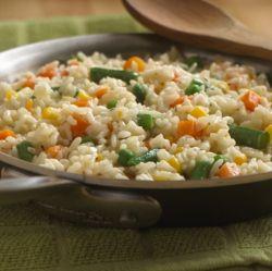 Receta sencilla de arroz con vegetales, con los sabores del caldo de pollo y el tomillo