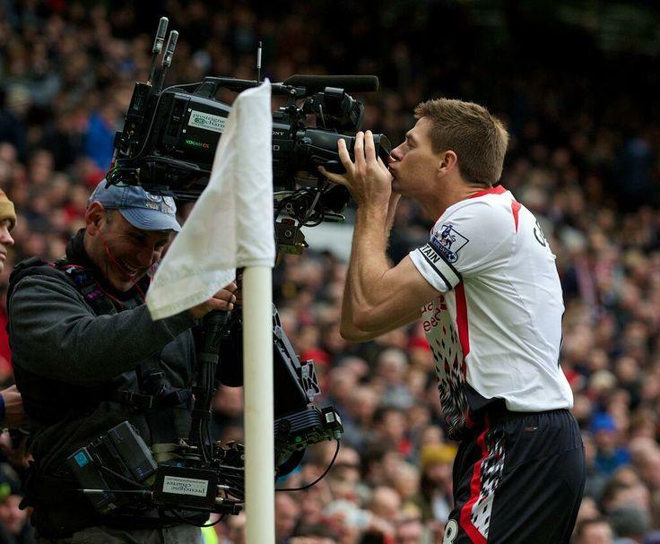 Como ya lo había hecho en 2009, Steven Gerrard festeja su gol frente al Mancheter United, en la fecha 29 de la actual Premier League, en Old Trafford.
