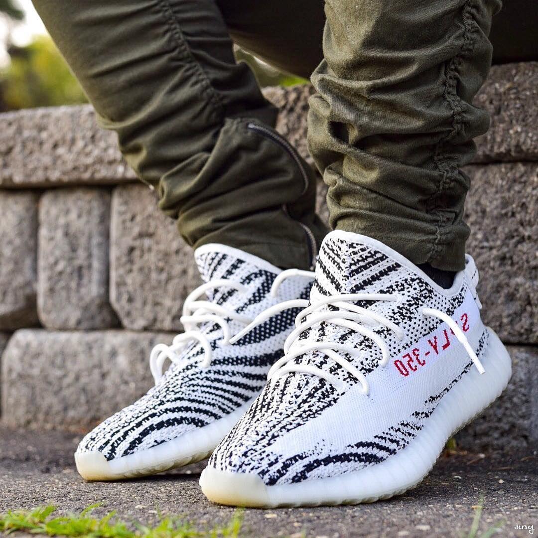 outfit con yeezy zebra