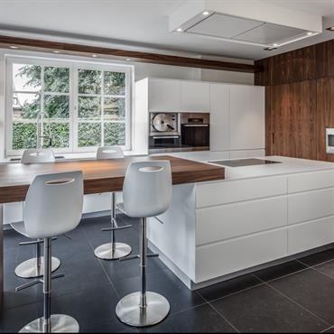 Cuisine avec chaises de bar blanches et pieds chromés Meubles - idee bar cuisine ouverte