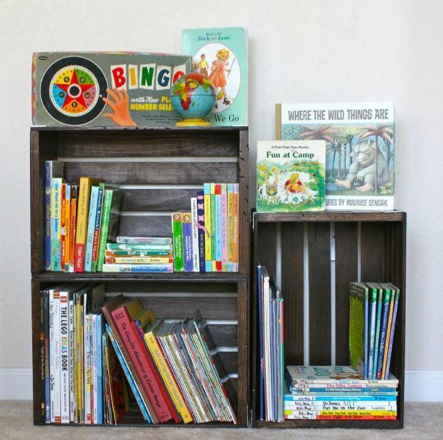 van oude fruitkratten kan je een leuke boekenkast maken die je elk jaar kan uitbreiden naargelang