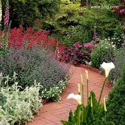 Vereda de ladrillos colorados en un jard n florecido for Ideas para mi jardin