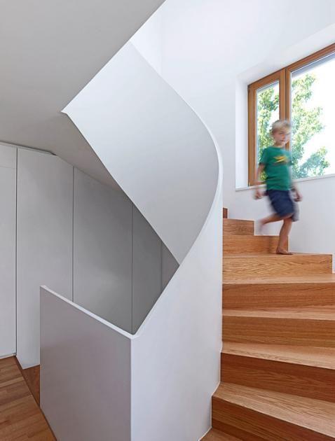 Architektenhäuser: Halbgewendelte Treppe ins Obergeschoss - Bild 3