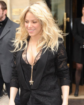The Voices Shakira Busts Out Amazing Post Baby Bod! (Photos)