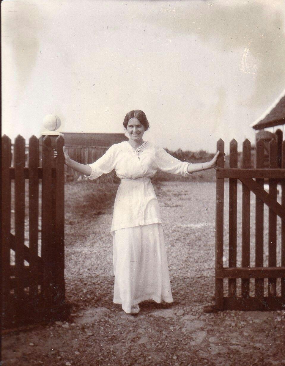 Yvonne Tuxen ca. 1910 Villa Dagminne Skagen datter af Laurits Tuxen og Charlotte Pauline Ursule de Baisieux.